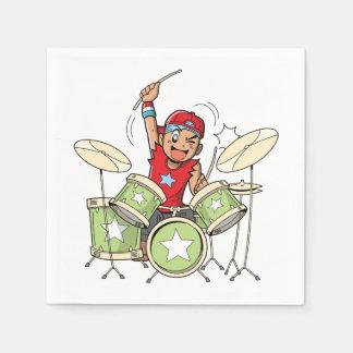 Junge, der Trommel-Papierservietten spielt Serviette