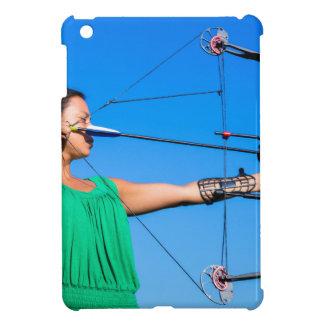 Junge Frau, die Pfeil des Verbundbogens zielt iPad Mini Hülle