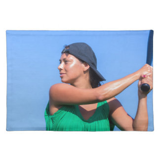 Junge Frau mit Baseballschläger und Kappe Stofftischset
