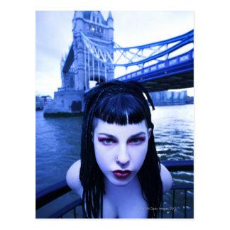 Junge Goth Frau, die sich andeutend nahe Turm Postkarten