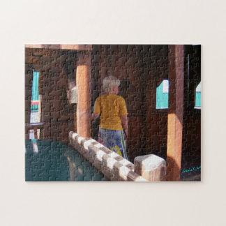 Junge im hölzernen Fort-Puzzlespiel Puzzle