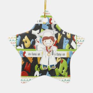 Junge in der Kappe und im Kleid mit Diplom auf Keramik Ornament
