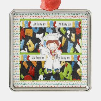 Junge in der Kappe und im Kleid mit Diplom auf Silbernes Ornament