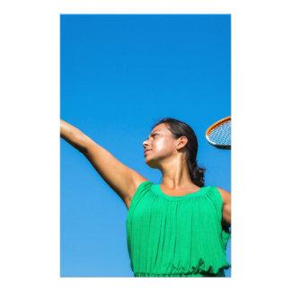 Junge niederländische Frau mit Tennisschläger und Briefpapier