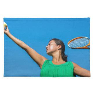 Junge niederländische Frau mit Tennisschläger und Stofftischset