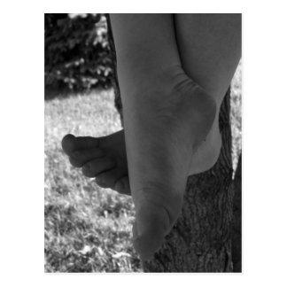 Junge Schwarzweiss-Füße Postkarte