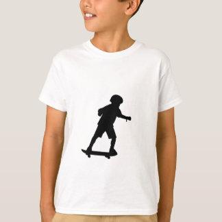 Junge Skateboard-Redigieren an T-Shirt