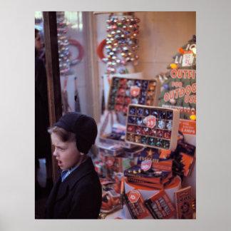 Junge vor früher Vierzigerjahre Weihnachtsanzeige Poster