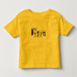 Jungen, die an der Küste spielen Kleinkind T-shirt