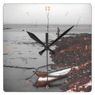 Jungen- und Seemöwefischen durch eine nukleare Quadratische Wanduhr