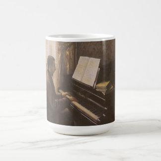 Junger Mann, der das Klavier durch Gustave Kaffeetasse