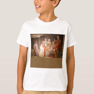 Junger Mann gegrüßt durch sieben Freie Künste T-Shirt