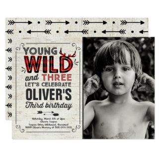 Junger wilder und drei Einladungs-rustikaler Karte
