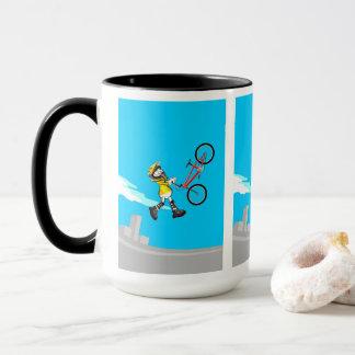 JUNGES BMX fliegt durch die Luft mit seinem Tasse