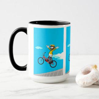 JUNGES BMX fliegt in seinem Fahrrad ohne sich zu Tasse