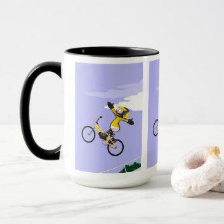 JUNGES BMX fliegt in seinem Fahrrad wie eine Tasse