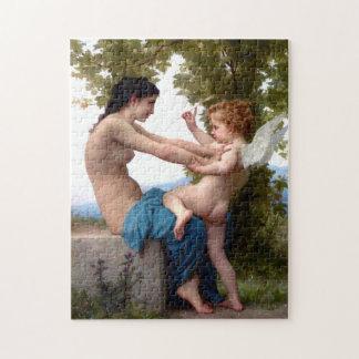 Junges Mädchen, das gegen Eros-Puzzlespiel sich Puzzle