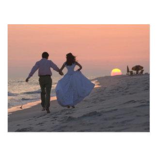 Jungvermählten, die in den Sonnenuntergang, die Postkarte