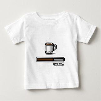 Kaffee, der jetzt Retro Pixelkunst-Spielart lädt Baby T-shirt