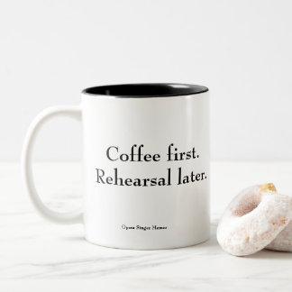 """""""Kaffee erster. Probe später."""" Kaffee-Tasse Zweifarbige Tasse"""
