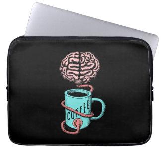 Kaffee für das Gehirn. Lustige Kaffeeillustration Laptopschutzhülle