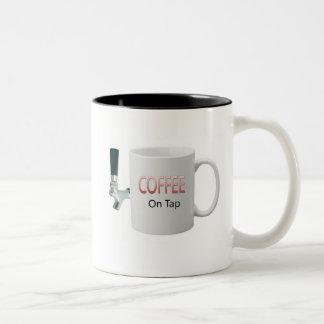 Kaffee stechen an Kaffee-Tasse an Zweifarbige Tasse