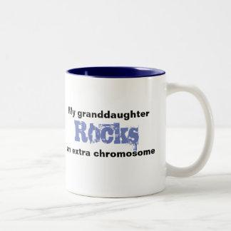 """Kaffee-Tasse """"meine Enkelin schaukelt Extrakosten Zweifarbige Tasse"""