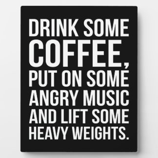 Kaffee, verärgerte Musik, schwere Gewichte - Fotoplatte