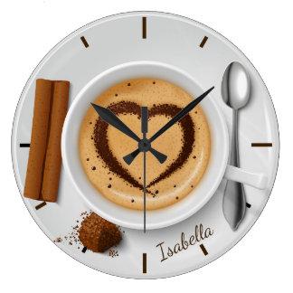 Kaffeetasse mit Herzen auf hölzerner Große Wanduhr