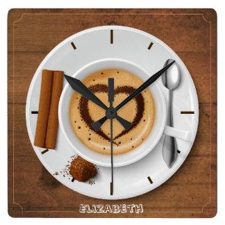 Kaffeetasse mit Herzen auf hölzerner Quadratische Wanduhr