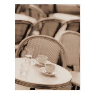 Kaffeetassen und Gläser auf einer Postkarte