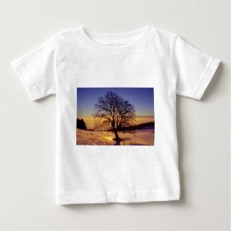 kahler Baum mit  Schnee und Sonnenuntergang, Baby T-shirt