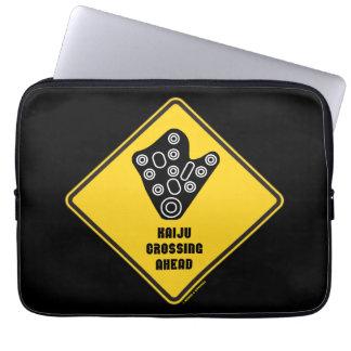 Kaiju, das voran gelber Diamant-Warnzeichen kreuzt Laptop Sleeve