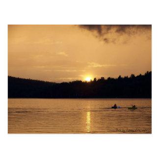 Kajaks auf See an der Sonnenuntergang-Postkarte Postkarte
