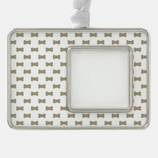 kakifarbige beige Hundeknochen auf hellem weißem Rahmen-Ornament Silber