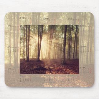 Kalender 2017 mit Sonnenlicht im Wald Mousepad