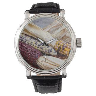 Kalifornien. Fall-Ernte-bunter indischer Mais Armbanduhr