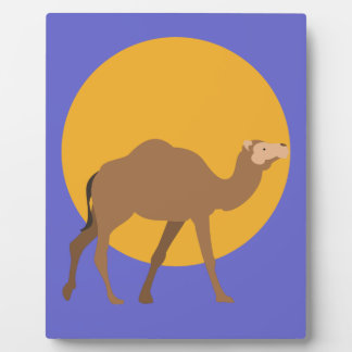 Kamel, das unter einen gelben Mond geht Fotoplatte