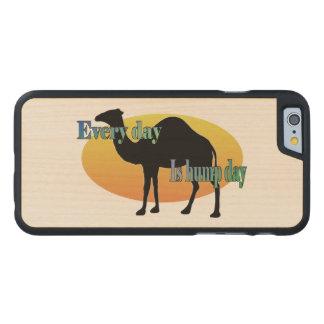 Kamel - jeder Tag ist Buckel-Tag Carved® iPhone 6 Hülle Ahorn