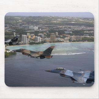 Kämpfende Fliege der Falcons drei F-16 in der Mousepad