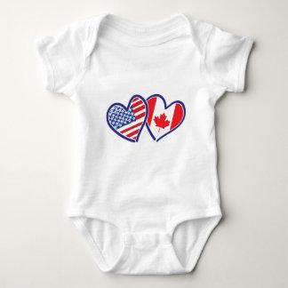 Kanadier und Amerika-Flaggen-Herzen Baby Strampler