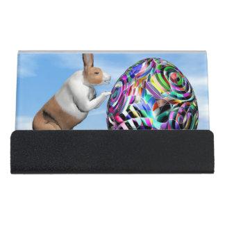 Kaninchen, das Osterei drückt - 3D übertragen Schreibtisch-Visitenkartenhalter