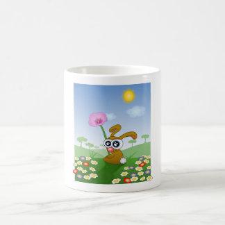 Kaninchen mit den großen Augen, die auf Feld Kaffeetasse