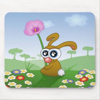 Kaninchen mit den großen Augen, die auf Feld Mauspad