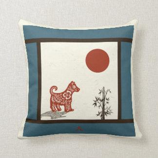 Kanji-Hund auf dem Blau abgehalten Kissen