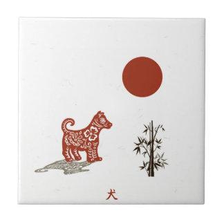 Kanji-Hund auf Weiß Fliese