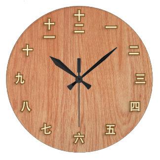 Kanji-Zahlen auf heller hölzerner Wand-Uhr