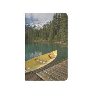 Kanu parkte an einem Dock entlang Moraine See, Taschennotizbuch