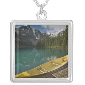 Kanu parkte an einem Dock entlang Moraine See, Versilberte Kette