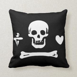Kapern Sie Schädel über Knochen mit Herzen und Kissen